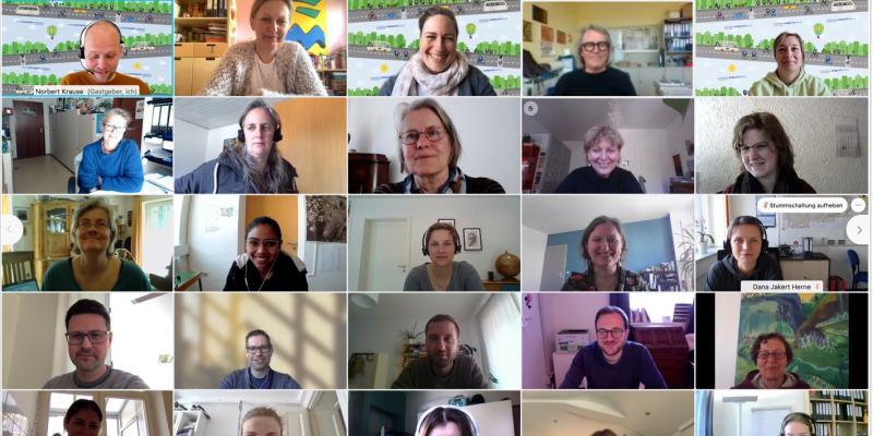 Bildschirmfoto auf dem die Videobilder einiger Teilnehmenden zu sehen sind, die am Online-Seminar teilgenommen haben.