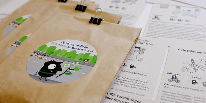 Papiertüte mit Ideenkarten für die Europäische Mobilitätswoche