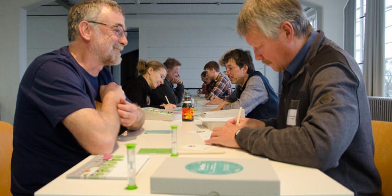 Teilnehmende spielen das Spiel aus der EMW-Toolbox