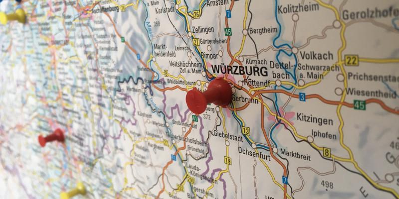 Deutschlandkarte mit einer Stecknadel in der Stadt Würzburg