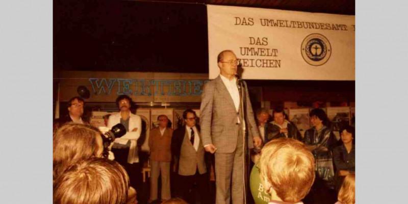 Das UBA informiert 1983 über das Umweltzeichen 'Blauer Engel'