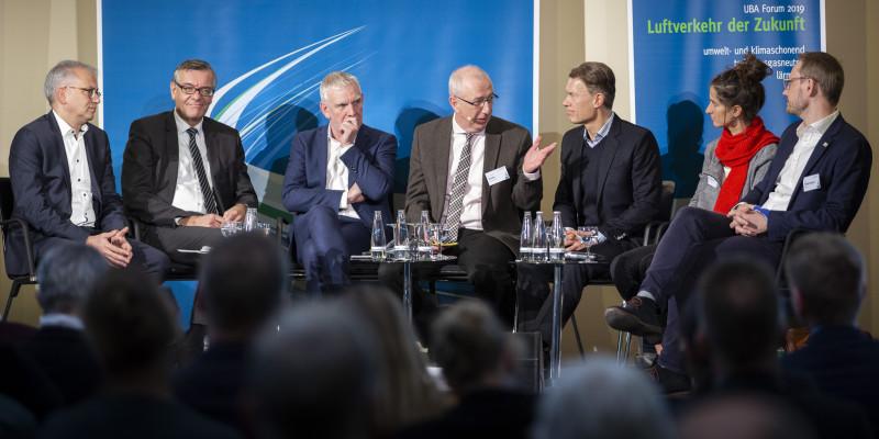 """Podiumsdiskussion """"Umweltschonender Luftverkehr 2050: was wir heute schon tun können"""" zum Abschluss des UBA Forums 2019"""