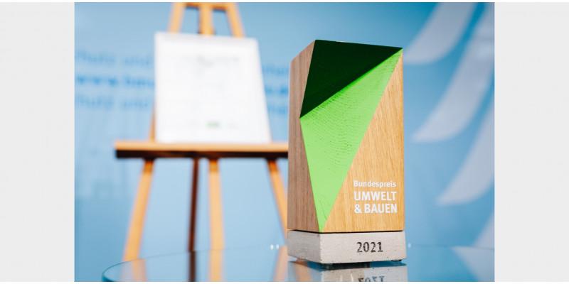 Trophäe des Bundespreises UMWELT & BAUEN 2021