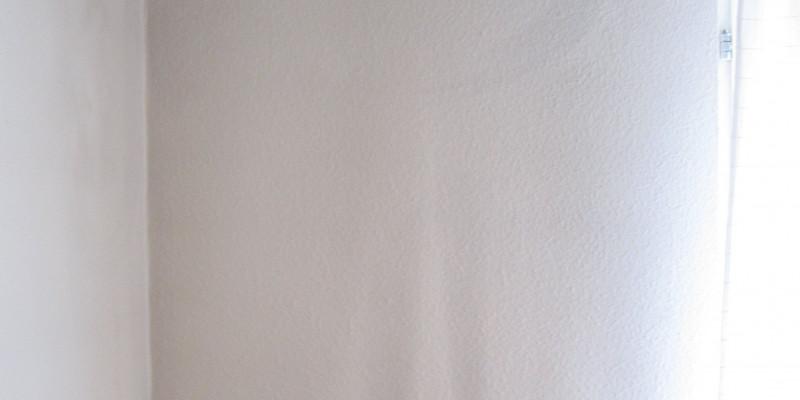 Schwarzer Staub an der Wand