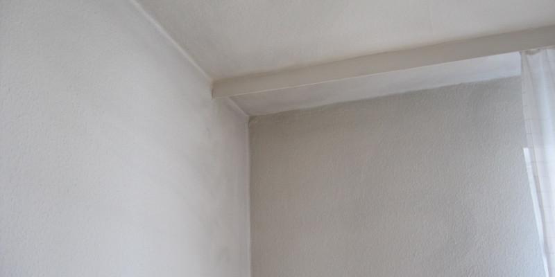 Schwarzer Staub an Zimmerdecke und -wand