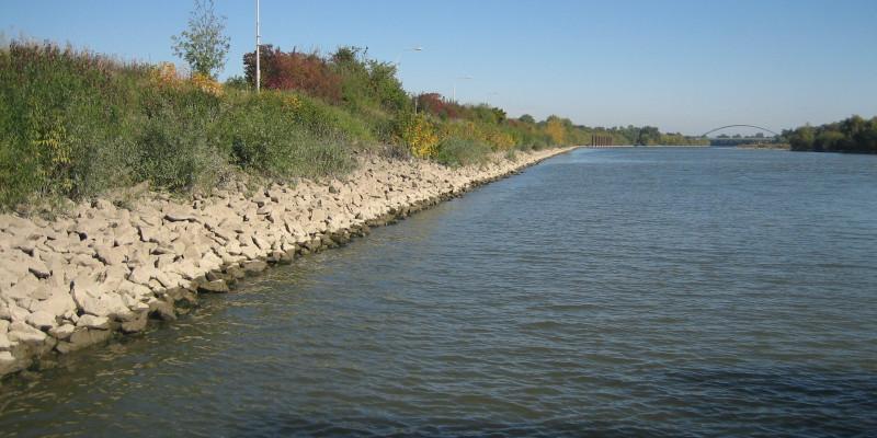 gepflastertes Ufer an der Donau