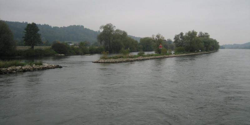 steinbarriere längs zum Ufer in der Donau