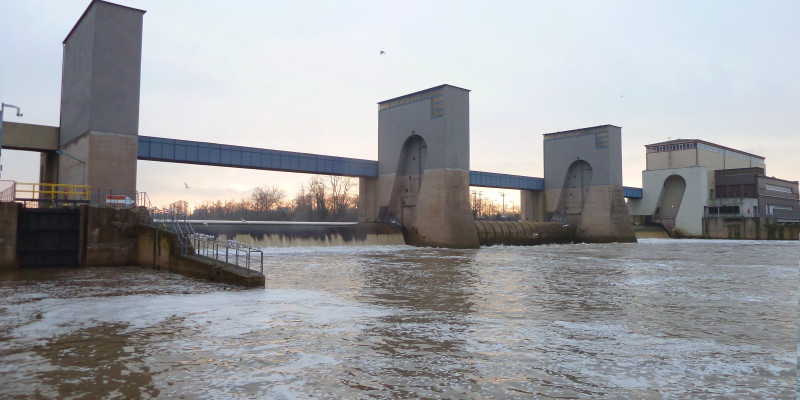 Eine Staustufe im Fluss Main