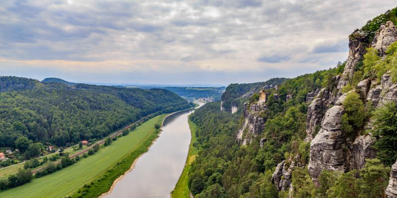 Der Strom Elbe durchfließt das Elbsandsteingebirge.