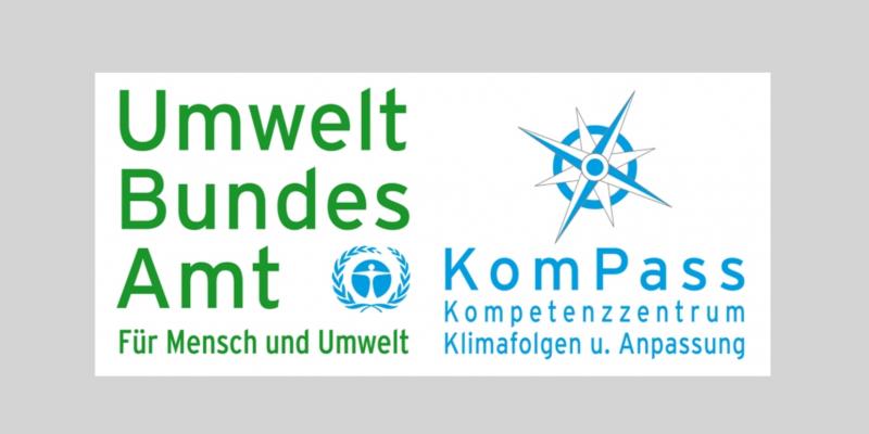 """Logo aus einem grünen Schriftzug """"Umweltbundesamt: Für Mensch und Umwelt"""" und einem blauen """"KomPass: Kompetenzzentrum Klimafolgen u. Anpassung"""""""