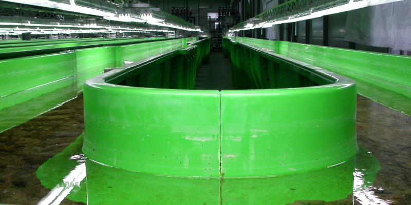 grüne künstliche Rinne, durch die Wasser fließt
