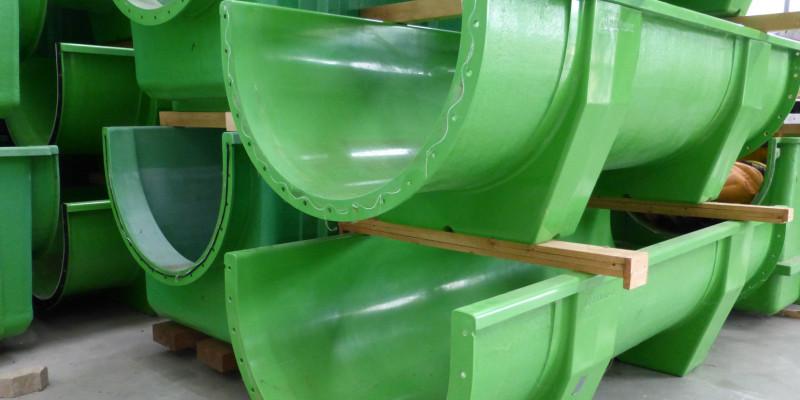 einzelne Segmente der grünen FSA-Fließrinnen im Lager gestapelt