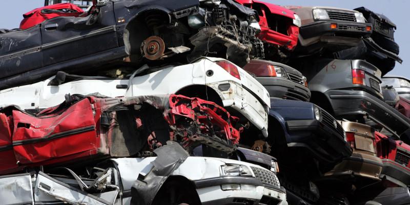 Autos auf dem Schrott übereinander gestapelt