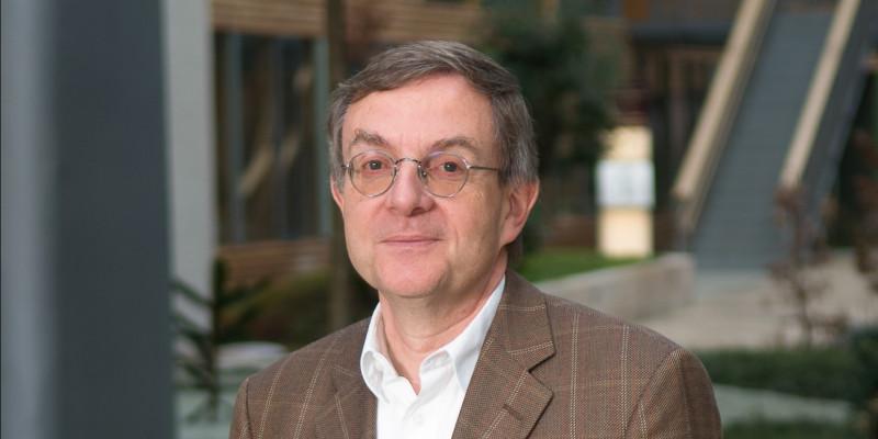 Dr. Michael Angrick in the atrium of the UBA office building Dessau-Roßlau
