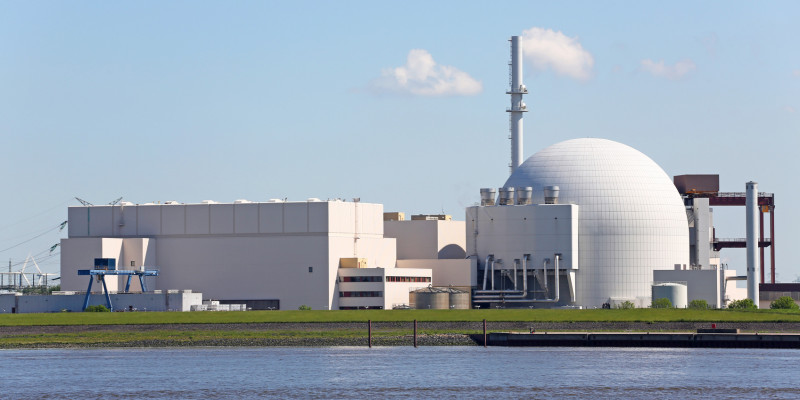 Das Atomkraftwerk Brokdorf an der Elbe
