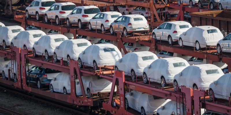 Neuwagen auf einem Güterzug-Wagon
