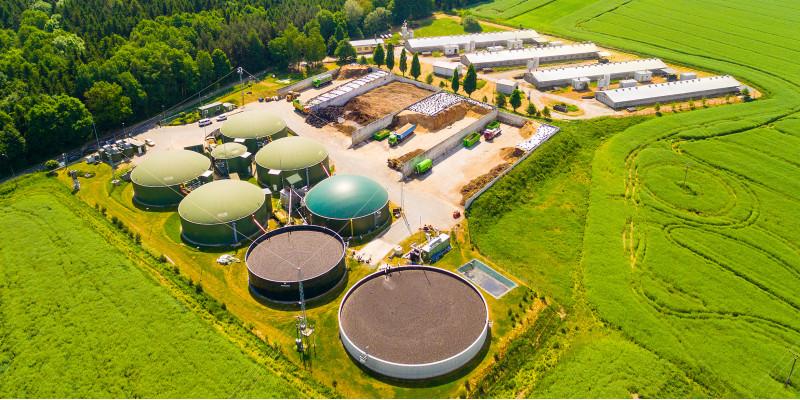 Luftbild einer Biogasanlage mit mehreren Anlagenteilen