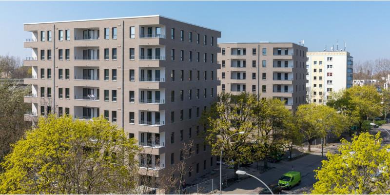 achtgeschossige Gebäude an einer Straße mit Bäumen
