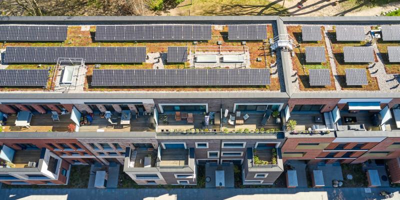 Reihenhäuser mit Solaranlagen auf dem Dach