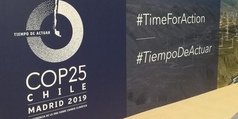"""eine Aufsteller zeigt das Logo der COP25 mit dem Slogan """"Zeit zu handeln"""" auf Spanisch und Englisch"""