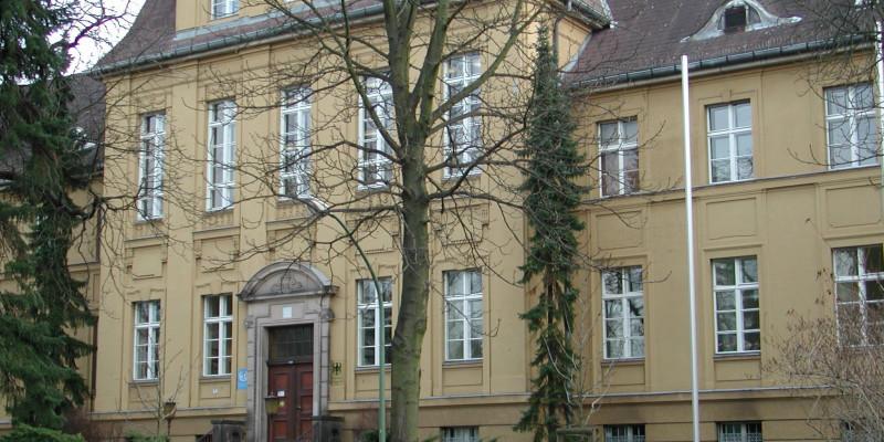 viergeschossiger Altbau mit Dachgauben, Hochkeller und verziertem Eingangsbereich mit Treppe