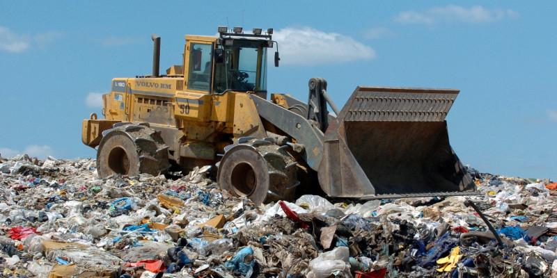 Radlader auf Mülldeponie