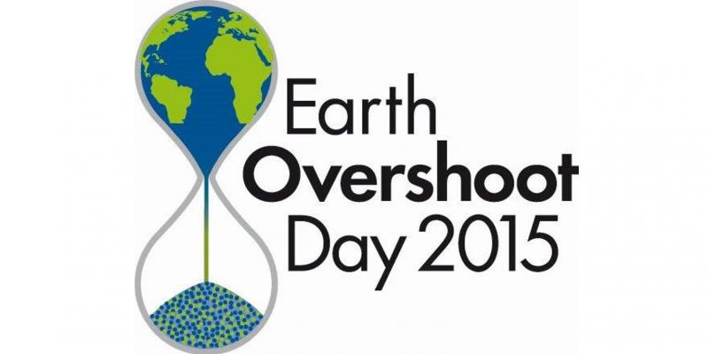 Logo Earth Overshoot Day 2015 mit einem Piktogramm einer Sanduhr. Im oberen Glasbehälter ist die blau-grüne Erde zu sehen, sie zerrinnt und läuft nach unten in den zweiten Glasbehälter der Sanduhr.