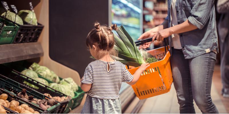 eine Mutter mit ihrer kleinen Tochter beim Einkaufen in einem Supermarkt