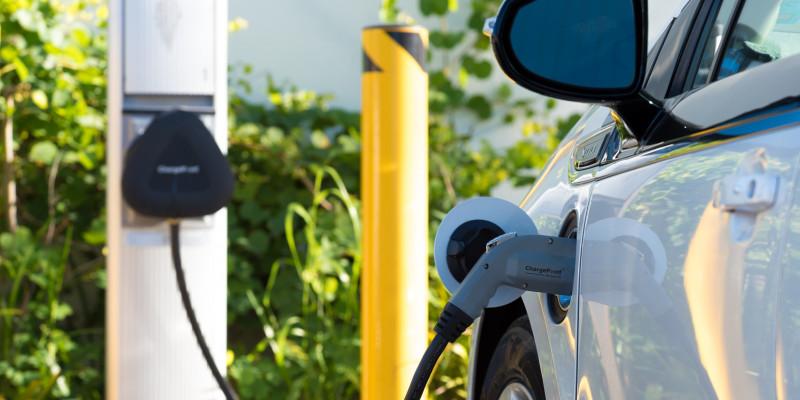 Elektroauto wird an einer Ladesäule aufgeladen