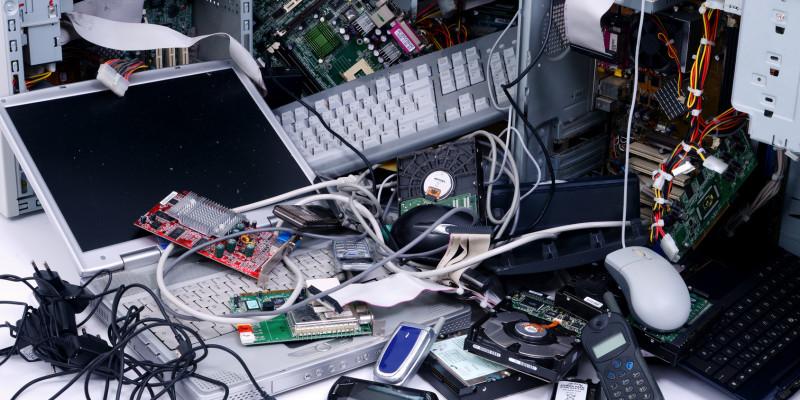 Elektronikschrott auf einem Haufen, zum Beispiel alte Handys, Computer, Laptops und Tastaturen