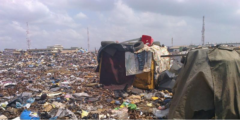 Müllkippe mit armseligen, aus Müll erbauten Hütten