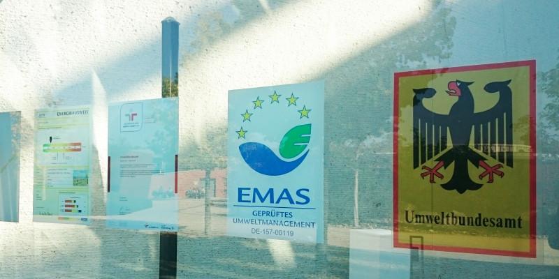 EMAS-Logo an der Glasfassade des Haupteingangs des UBA Dessau-Roßlau