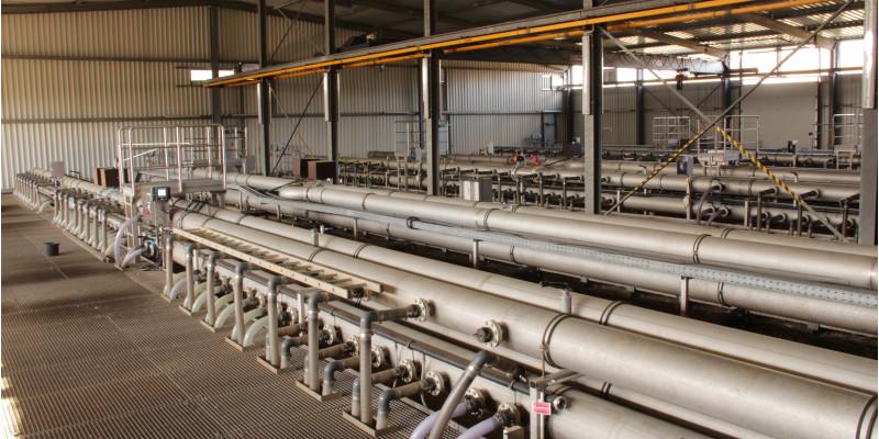 Halle mit einem System dicker Rohre und einem Metallgitterboden