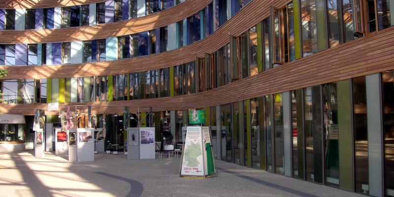 Der gepflasterte, mit Glas überdachte Eingangsbereich des UBA-Dessau-Roßlau mit Exponaten einer Ausstellung
