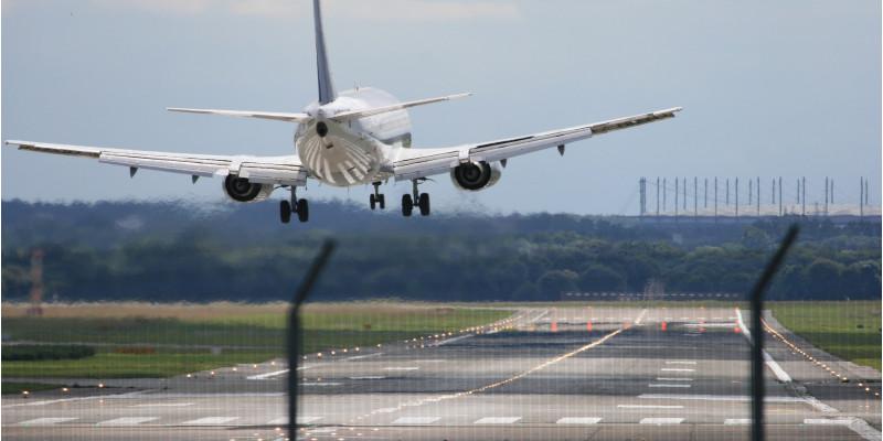 auf einem Flughafen landet ein Flugzeug