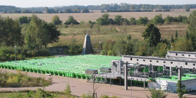 Außengelände mit grünen künstlichen Fließrinnen inmitten von Feldern und Wiesen