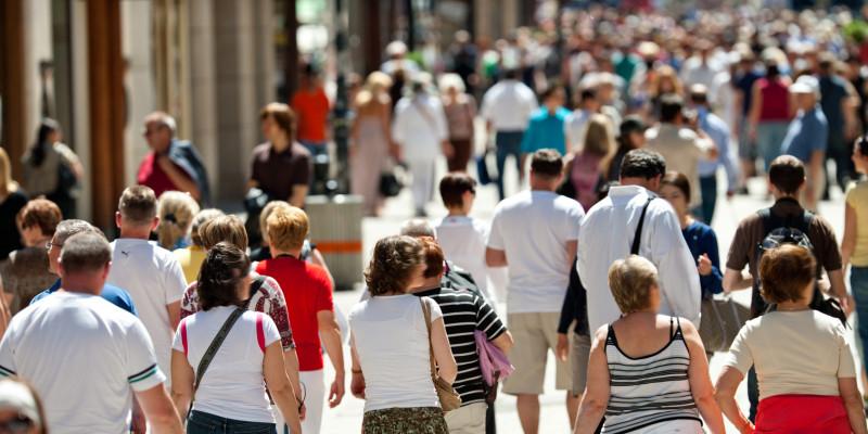 viele Menschen in einer Fußgängerzone