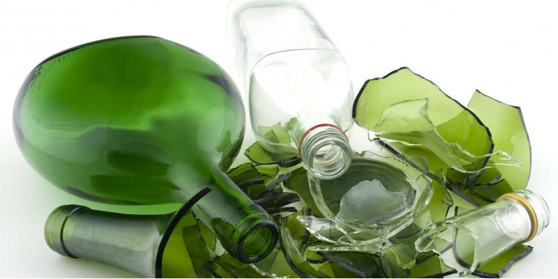 teilweise zerbrochene grüne und weiße Glasflaschen