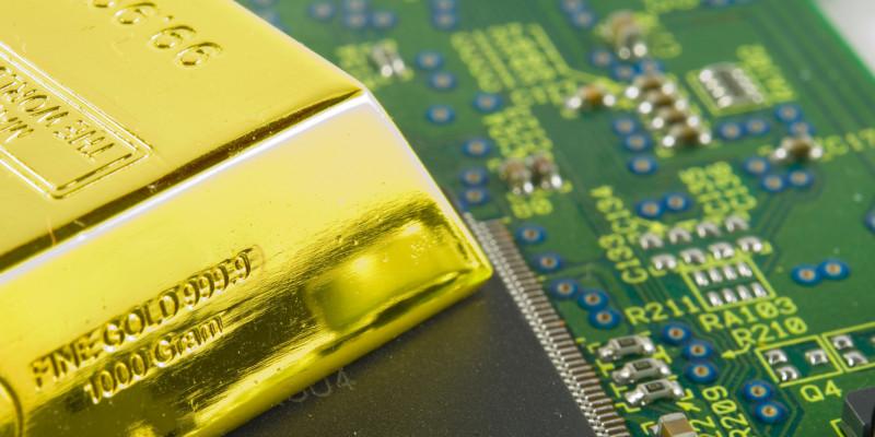 Goldbarren auf einer Computerplatine