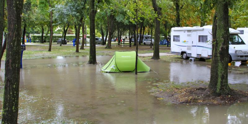 überfluteter Campingplatz