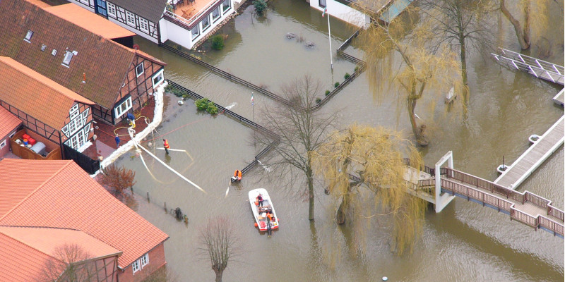 eine Stadt mit Fachwerkhäusern ist durch Hochwasser überschwemmt