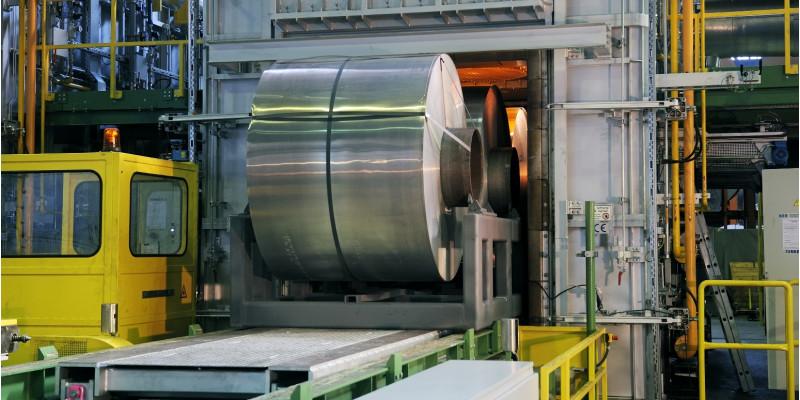 eine Rolle gewalztes Aluminium läuft vom Band