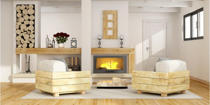 Blick in ein Wohnzimmer mit Kaminofen