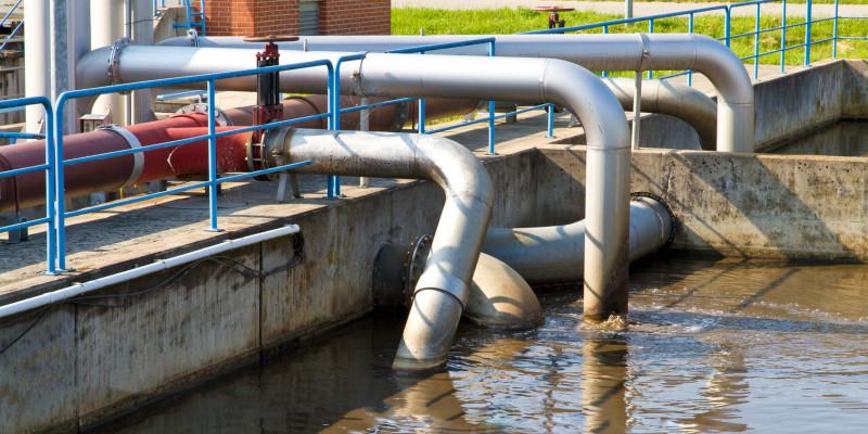 braunes Wasser in einem Becken einer Kläranlage
