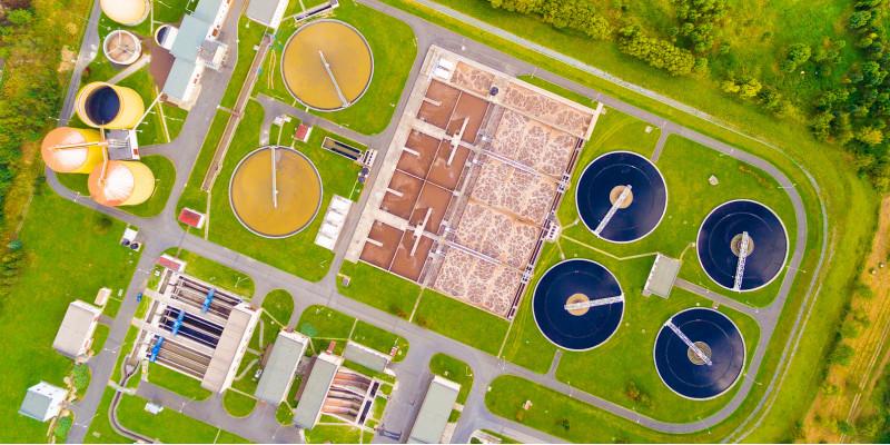 Luftbild einer Kläranlage mit verschiedenen Becken