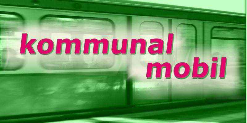 """Schriftzug """"Kommunal mobil"""", dahinter ist schemenhaft und in grün gehalten eine S-Bahn zu sehen"""