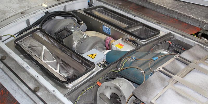 technische anlage im geöffneten Dach eines Zuges