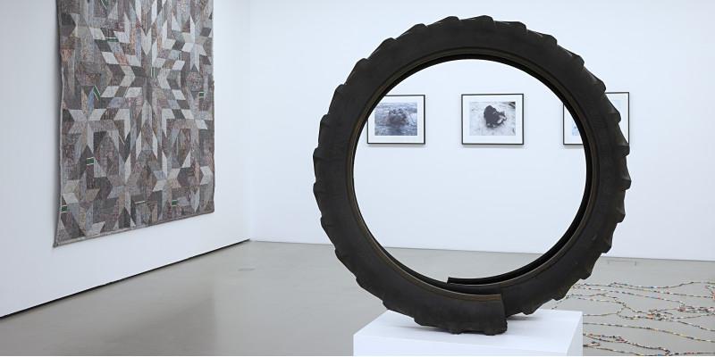 zerschnittener Reifen auf einem Podest in einer Kunstausstellung