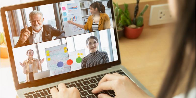 Computerbildschirm zeigt eine Videokonferenz