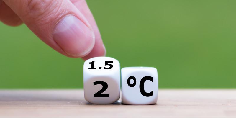ein Finger kippt einen Würfel an, auf dem vorne eine 1.5 und unten eine 2 steht, daneben ein Würfel mit der Aufschrift °C
